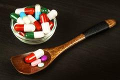 Пилюльки на ложке Продажа медицин Доза лекарств Анаболические стероиды на таблице стоковые изображения rf