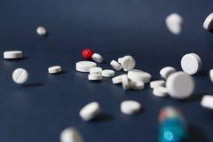Пилюльки падения белые медицинские изолированные на белизне Стоковая Фотография RF