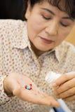 пилюльки принимая женщину Стоковая Фотография
