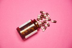 Пилюльки с бутылкой на пинке стоковые фотографии rf