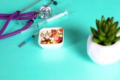 Пилюльки, таблетки и капсулы медицины на таблице Стоковые Изображения