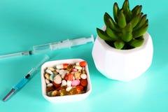 Пилюльки, таблетки и капсулы медицины на таблице Стоковое Изображение
