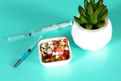 Пилюльки, таблетки и капсулы медицины на таблице Стоковые Изображения RF