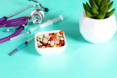 Пилюльки, таблетки и капсулы медицины на таблице Стоковое Изображение RF