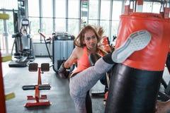 Пинать женщины Kickboxing пробивая Стоковая Фотография RF