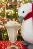 Пингвин есть мороженое тросточки конфеты Стоковые Изображения