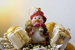 Пингвин рождества Новый Год украшения орнаменты handbell рождества ветви коробки шарика Стоковое Изображение RF