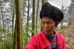 ПИНГ, †LONGSHENG АВТОНОМНОЙ ОБЛАСТИ GUANGXI, КИТАЯ «ОКОЛО июнь 2016: Портрет длинной женщины волос от этнического меньшинства Y Стоковые Изображения RF