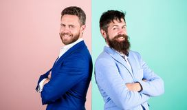 Пинка куртки возникновения бизнесмена предпосылка стильного голубая Деловые партнеры с бородатыми сторонами Мода дела стоковая фотография