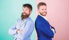 Пинка куртки возникновения бизнесмена предпосылка стильного голубая Деловые партнеры с бородатыми сторонами Мода дела стоковые фотографии rf