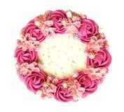 Пинк взглядом сверху именниного пирога сливк цветков поднял изолированным на белой предпосылке, пути стоковые фотографии rf
