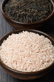 Пинк и дикие рисы в керамическом шаре, конец-вверх Стоковое Фото