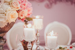 Пинк и свечи цветков белых роз на таблице Селективный фокус тонизированное изображение Стоковая Фотография