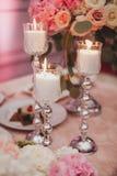 Пинк и свечи цветков белых роз на таблице Селективный фокус тонизированное изображение Стоковая Фотография RF