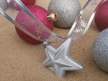 Пинк и серебр шариков рождества Стоковые Фото