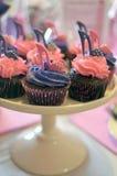 Пинк и фиолетовые пирожные ботинка высокой пятки Стоковые Фото