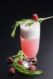 Пинк коктеиля шампанского ягоды на темной равномерной предпосылке с полениками Стоковое Фото