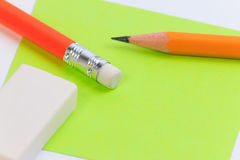 Пинк крупного плана и примечание зеленой книги с деревянным карандашем Стоковое Изображение