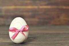 пинк пасхального яйца смычка Деревянное пасхальное яйцо Стоковое фото RF