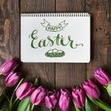 Пинк, пук тюльпанов на предпосылке планок темного амбара деревянной Стоковое Фото