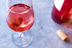 Пинк Роза краснеет вино в стекле стоковое изображение rf