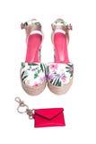Пинк ткани с белыми женскими ботинками Стоковая Фотография RF