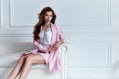 Пинк шелка одежды тенденции дизайна носки модели женщины красоты стильный стоковое фото rf