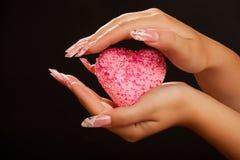 пинк manicure владением сердца рук людской Стоковые Фотографии RF