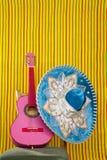 пинк mariachi шлема гитары вышивки мексиканский Стоковые Фотографии RF