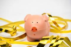 Пинк Piggy с золотыми бумажными лентами Стоковое фото RF