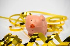 Пинк Piggy с золотыми бумажными лентами Стоковые Фотографии RF
