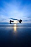 Пинок летая ПРОТИВ пинка летания Стоковая Фотография