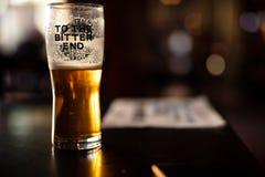 Пинта горького пива в пабе стоковые изображения