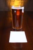 Пинта пива и примечания стоковые фотографии rf