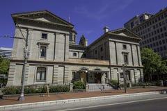 Пионерское здание суда, пешеход идя в фронт, Портленд, Орегон, США 7/5/2015 Стоковая Фотография RF