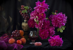 Пионы и вино Стоковые Фото