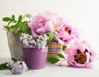 Пионы и цветки сирени Стоковая Фотография RF