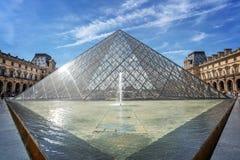 Пирамида в главном дворе дворца жалюзи, Париж Франция жалюзи стоковые изображения rf