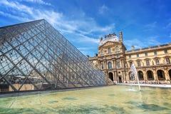 Пирамида в главном дворе дворца жалюзи, Париж Франция жалюзи стоковая фотография