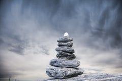Пирамида из камней и бурное небо стоковая фотография
