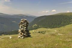 пирамида из камней над мирной дорогой Стоковая Фотография RF
