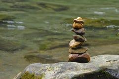 Пирамида из камней отметит присутсвие посетителя реки Фортуны Ла стоковое фото rf
