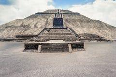 Пирамида луны и площадь луны на Teotihuacan внутри Стоковые Изображения