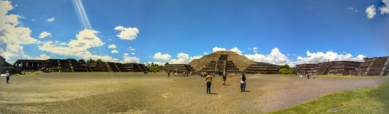 Пирамида луны на Teotihuacan, Мексике панорама стоковое фото rf