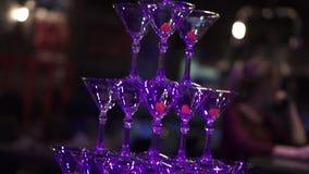 Пирамида от стекел шампанского на свадебном банкете зажим Пирамида Шампани для свадебного банкета кельнер шампанского видеоматериал