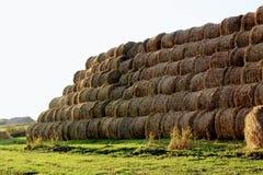 Пирамида составлена шариков сена в лучах захода солнца Стоковые Изображения