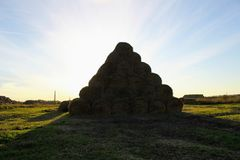 Пирамида составлена шариков сена в лучах захода солнца Стоковое Фото