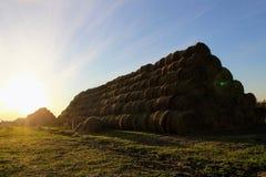 Пирамида составлена шариков сена в лучах захода солнца Стоковое Изображение RF