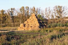 Пирамида составлена шариков сена в лучах захода солнца Стоковые Фото