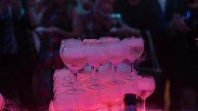 Пирамида стекел вина или шампанского акции видеоматериалы